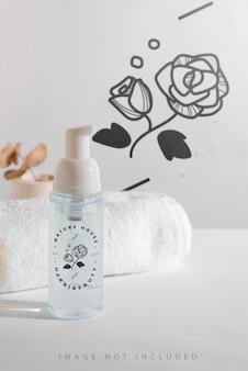 Makieta przezroczystej plastikowej butelki kosmetycznej z pianką