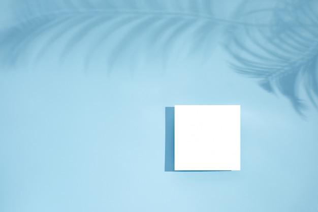 Makieta pustej białej pustej karty z kwiatowymi cieniami