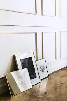 Makieta pustej ramki przy białej ścianie