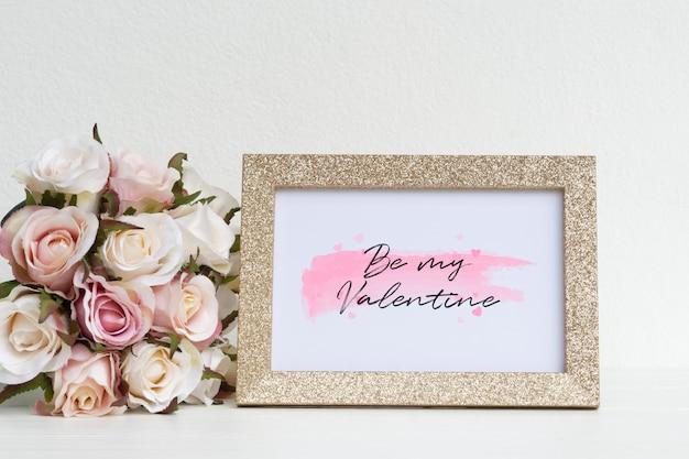 Makieta ramka na zdjęcia i różowe róże.