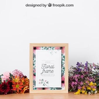 Makieta ramki między pięknymi kwiatami