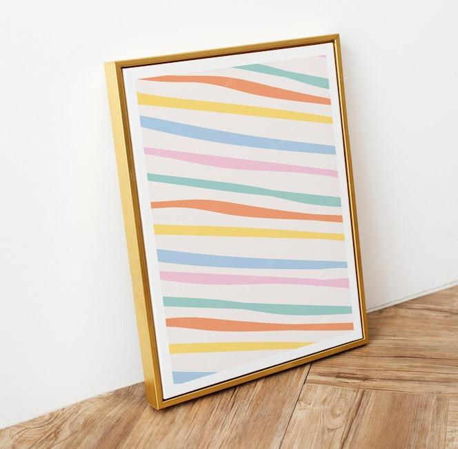 Makieta ramki na zdjęcia na drewnianej podłodze w pastelowe paski