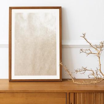 Makieta ramki na zdjęcia na drewnianym stole kredensowym