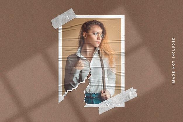 Makieta ramki na zdjęcia na rozdartej fakturze papieru