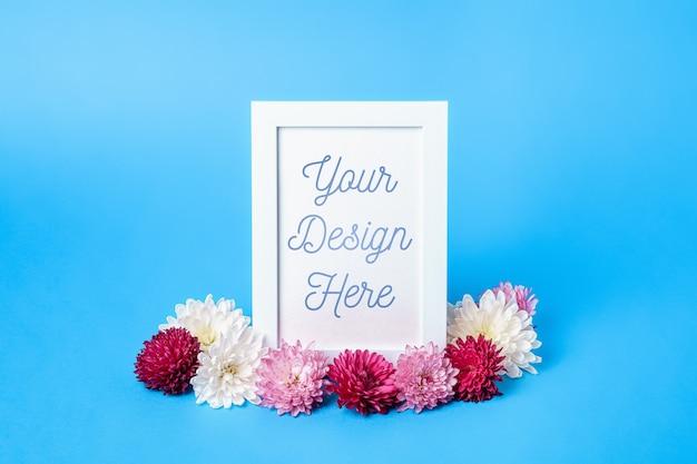 Makieta ramki na zdjęcia ozdobiona kwiatami