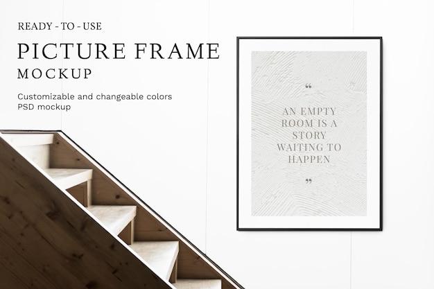 Makieta ramki na zdjęcia psd przy schodach i białej ścianie
