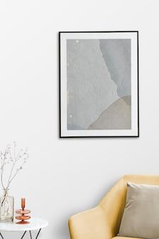 Makieta ramki na zdjęcia psd przy żółtym aksamitnym fotelu