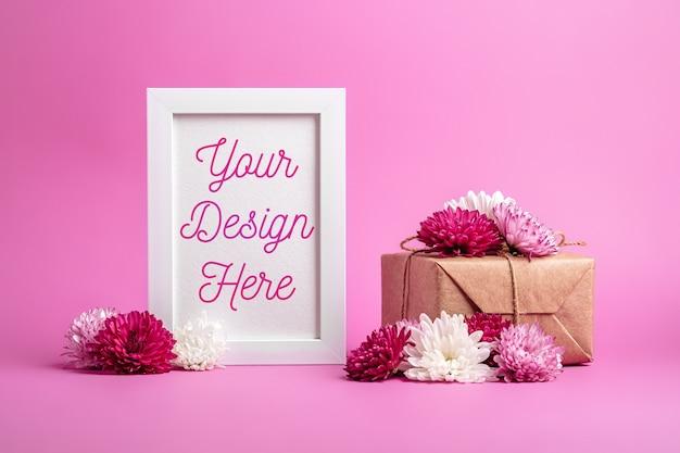 Makieta ramki na zdjęcia z opakowaniem prezentowym w stylu eco zero waste i kwiatami