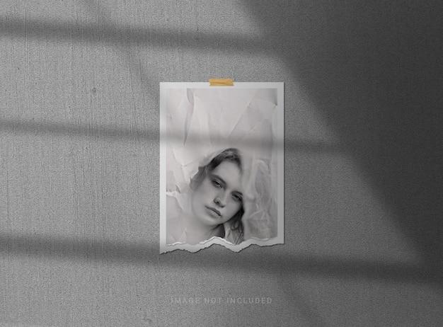 Makieta ramki na zdjęcia z rozdartego papieru