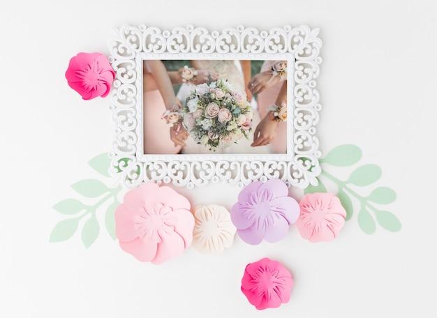Makieta ramki ślubnej z papierowymi kwiatami