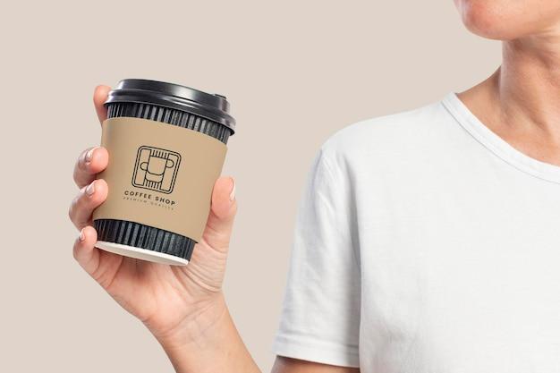 Makieta rękawa z filiżanką kawy psd z logo kawiarni