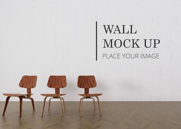 Makieta ściany pustego pokoju z drewnianą podłogą i trzema minimalistycznymi brązowymi drewnianymi krzesłami