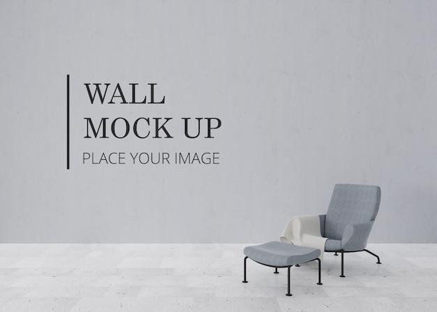 Makieta ściany pustego pokoju z marmurową podłogą i eleganckim krzesłem z podnóżkiem
