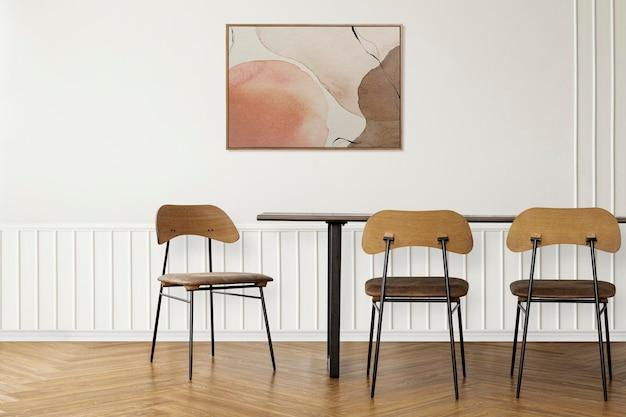 Makieta ścienna z ramką na zdjęcia psd z drewnianym stołem w jadalni o skandynawskim wystroju