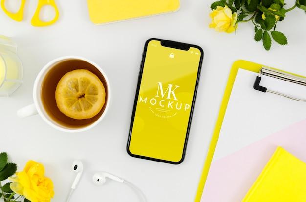 Makieta smartfona leżącego na płasko z herbatą