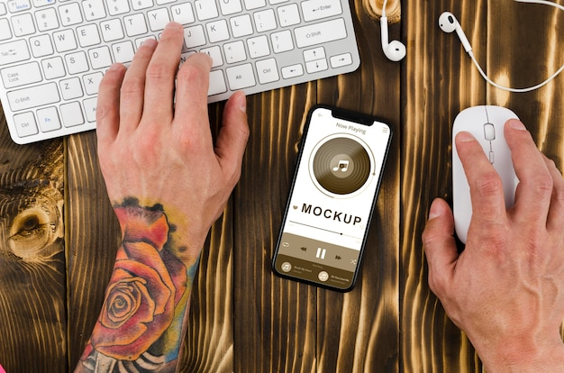 Makieta smartfona leżącego płasko na biurku z klawiaturą