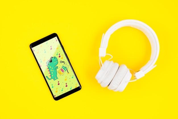 Makieta smartfona obok słuchawek