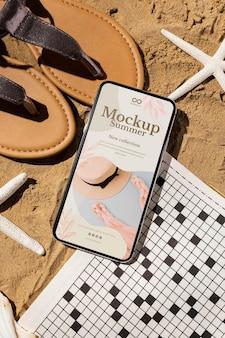 Makieta smartfona w letniej aranżacji podróży