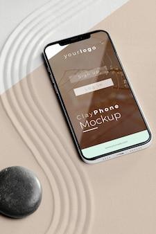 Makieta smartfona w piaskowej aranżacji