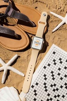 Makieta smartwatcha w letniej aranżacji podróżniczej