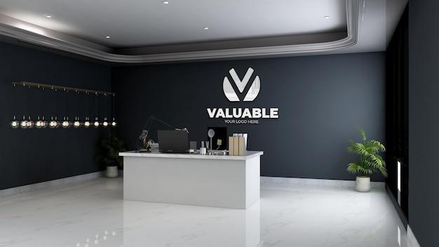 Makieta srebrnego logo firmy na ścianie w minimalistycznym pokoju menedżera