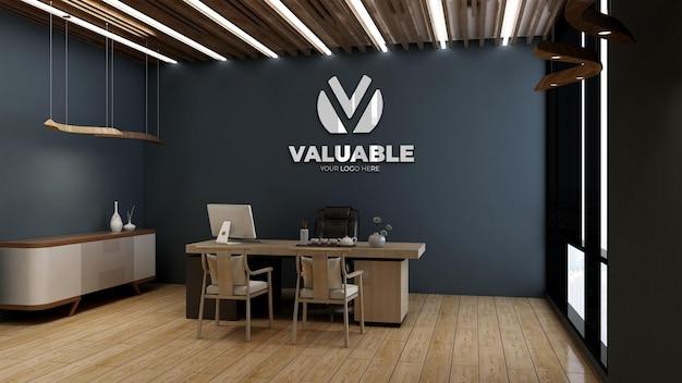 Makieta srebrnego logo w pokoju kierownika biura z drewnianym wystrojem wnętrz