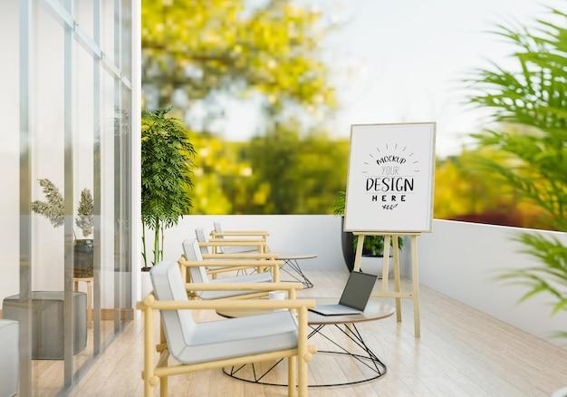 Makieta sztalugi na słonecznym tarasie z krzesłami