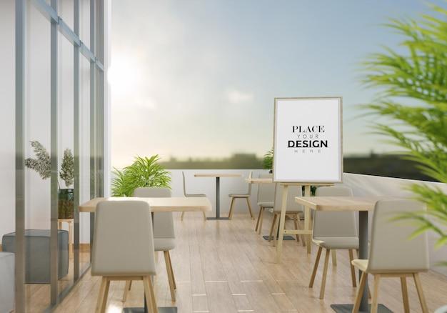 Makieta sztalugi na tarasie restauracji ze stołami i krzesłami