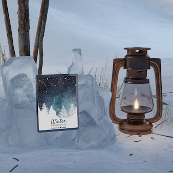 Makieta tabletu obok latarni