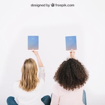 Makieta technologiczna z kobietami trzymającymi stoły w powietrzu
