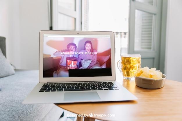 Makieta technologiczna z laptopem i piwem