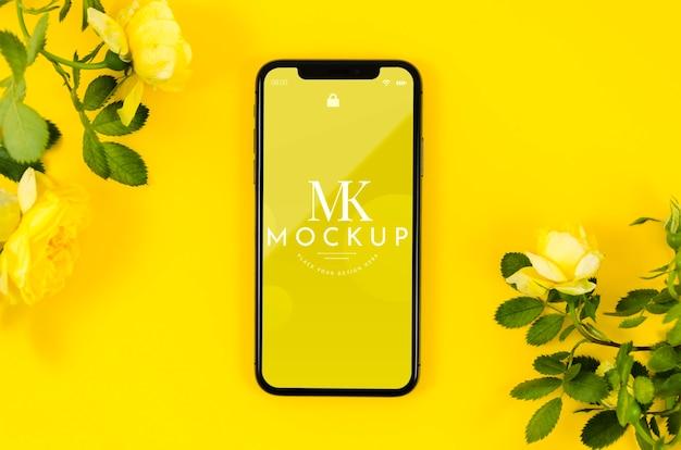Makieta telefonu z widokiem z góry z kwiatami