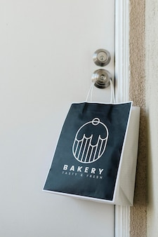 Makieta torby piekarniczej z dostawą zbliżeniową wisząca na klamce podczas pandemii koronawirusa