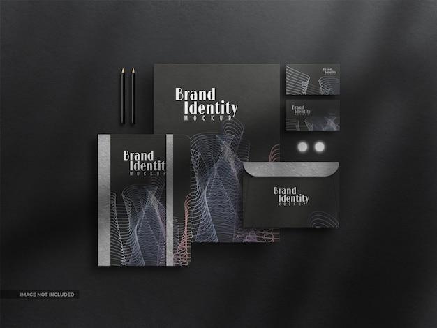 Makieta tożsamości korporacyjnej z ciemną papeterią z nakładką cienia
