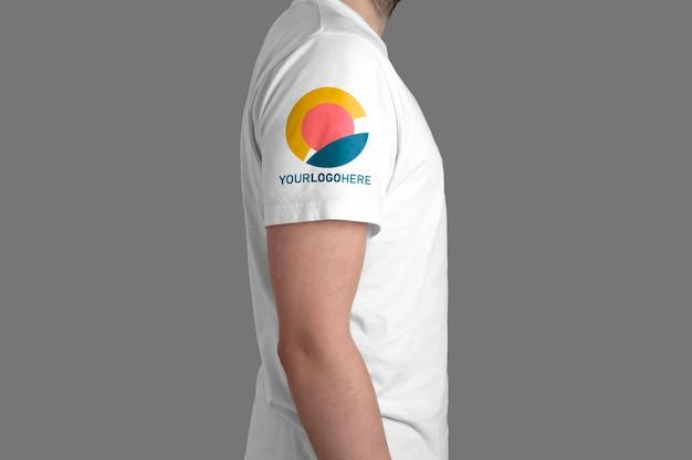 Makieta widoku profilu modelu białej koszulki