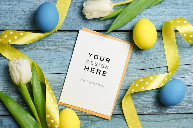 Makieta wielkanocnych kart okolicznościowych z kolorowymi jajkami