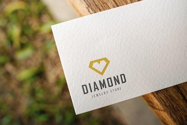 Makieta wizytówki z białego papieru umieszczona na drewnie