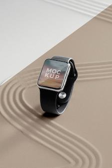 Makieta wyświetlacza smartwatcha w piasku