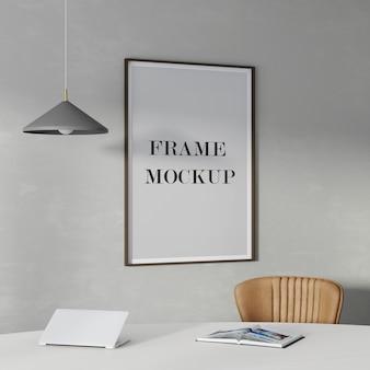 Makieta z drewnianą ramą na ścianie z lampą