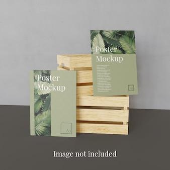 Makieta z dwoma plakatami i stosem drewnianego pudełka do przechowywania