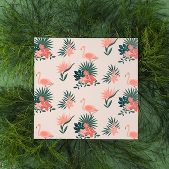Makieta z makietą kwadratową z tropikalnymi liśćmi
