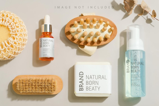 Makieta z produktami do kąpieli mydło szczotka balsam do skóry i gąbka piankowa na szaro