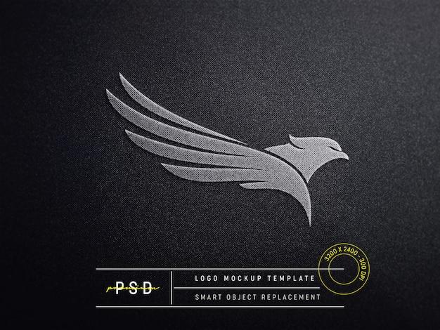 Makieta z wytłoczonym logo na czarnej tkaninie