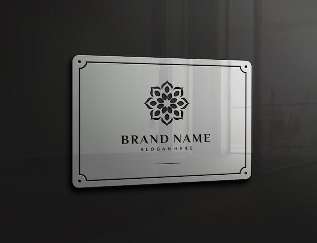Makieta z wytłoczonym logo na szklanej ścianie