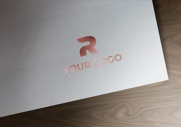 Makieta z wytłoczonym logo w kolorze różowego złota