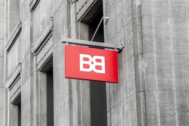 Makieta z zewnątrz ulicy miejskiego koloru prostokątne logo 3d znak wiszące na ścianie