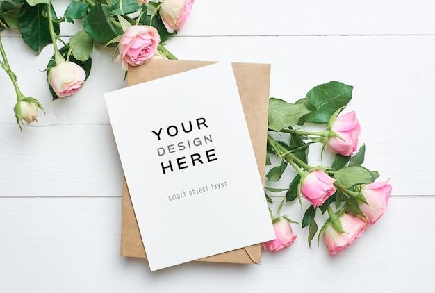 Makieta z życzeniami z bukietem kwiatów koperty i róż