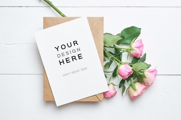 Makieta z życzeniami z koperty i świeżych kwiatów róż