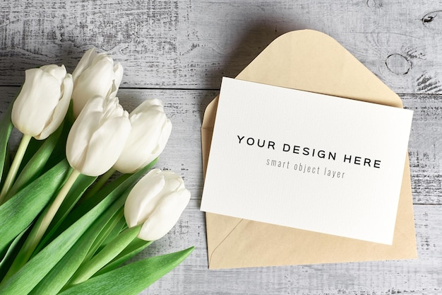 Makieta z życzeniami z kwiatów koperty i tulipanów
