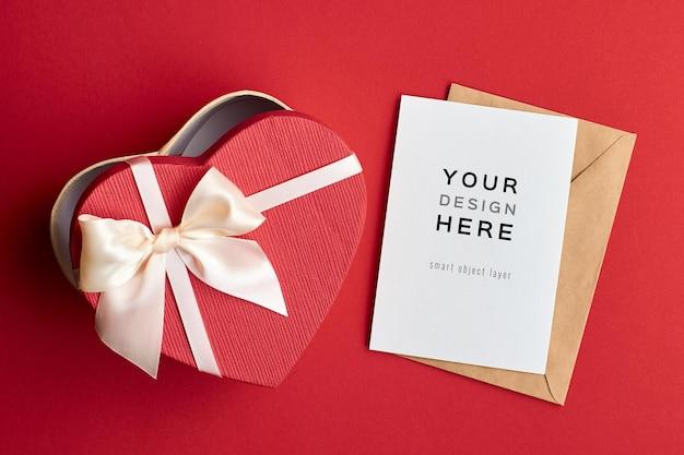 Makieta z życzeniami z pudełka na czerwonym tle